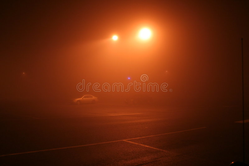 Nebeliger NachtzeitParkplatz lizenzfreies stockbild