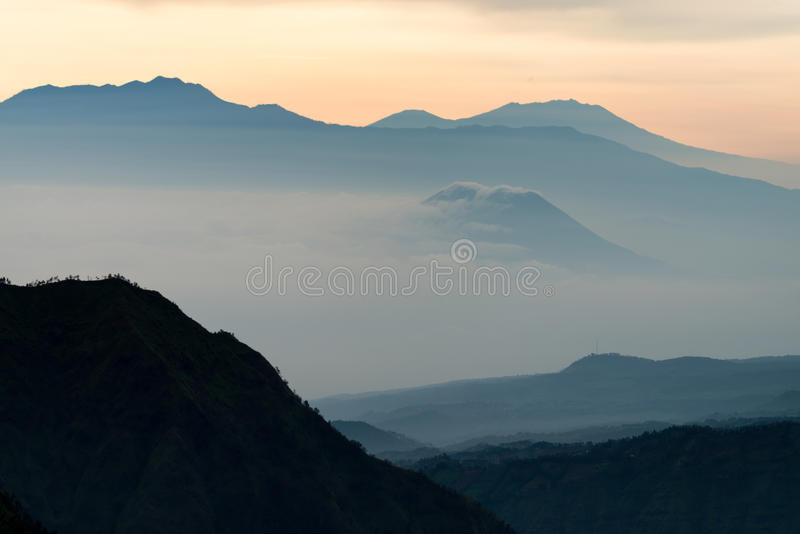 Nebeliger Schattenbildberg des orange Blaulichts lizenzfreie stockbilder