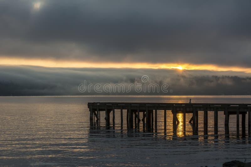 Nebeliger Sonnenaufgang auf Lake Washington, Staat Washington stockfotos