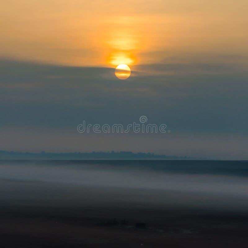 Nebeliger Sonnenaufgang in Yambol, Bulgarien lizenzfreies stockbild