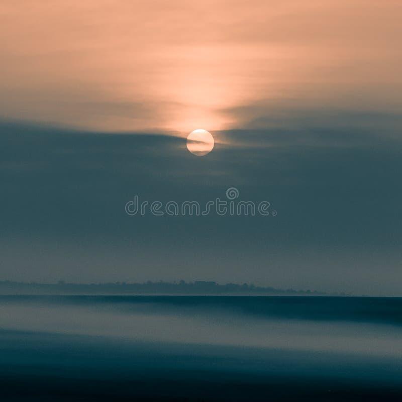 Nebeliger Sonnenaufgang in Yambol, Bulgarien lizenzfreie stockbilder