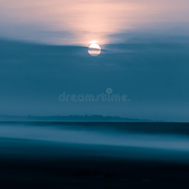 Nebeliger Sonnenaufgang in Yambol, Bulgarien lizenzfreie stockfotos