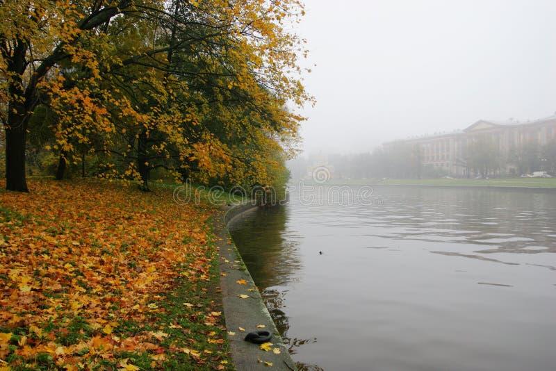 Nebeliger Tag in Str. - Petersburg stockbild
