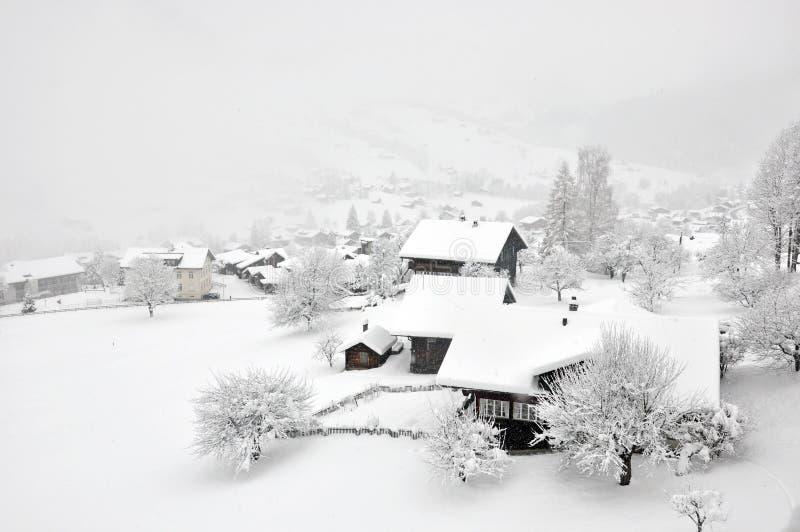 Nebeliger Winter im Schweizer Dorf lizenzfreie stockbilder