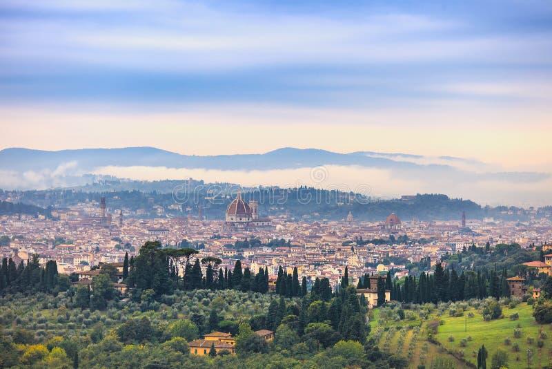 Nebeliges Morgenvon der luftstadtbild Florenz. Panoramaansicht von Fiesole-Hügel, Italien stockbild