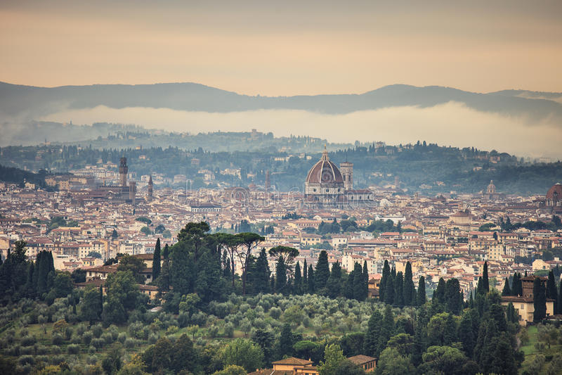 Nebeliges Morgenvon der luftstadtbild Florenz. Panoramaansicht von Fiesole-Hügel, Italien lizenzfreie stockfotos