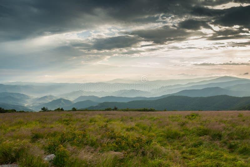 Nebeliges Mountain View von Roung kahl auf AN stockfotografie
