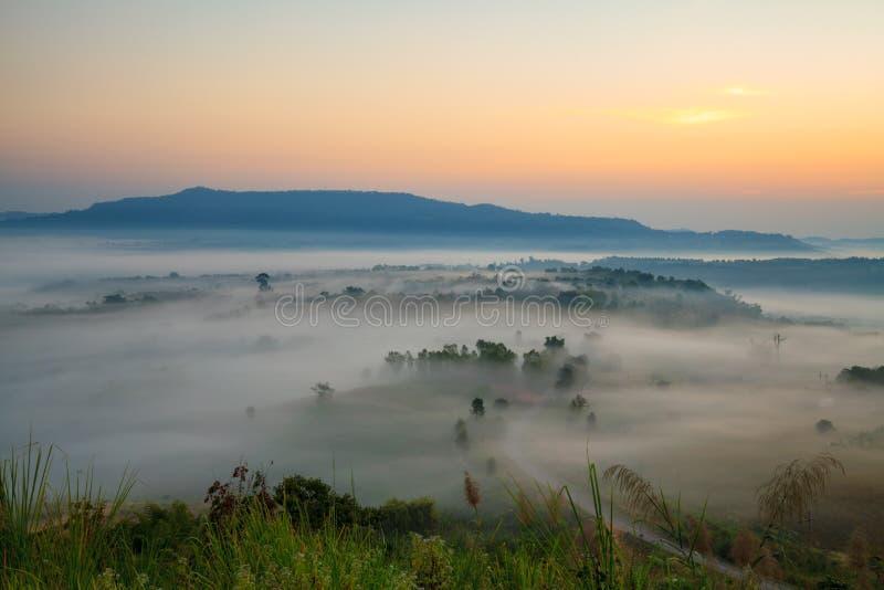 Nebeln Sie im Morgensonnenaufgang und -straße bei Khao Takhian Ngo View Point a ein stockbild