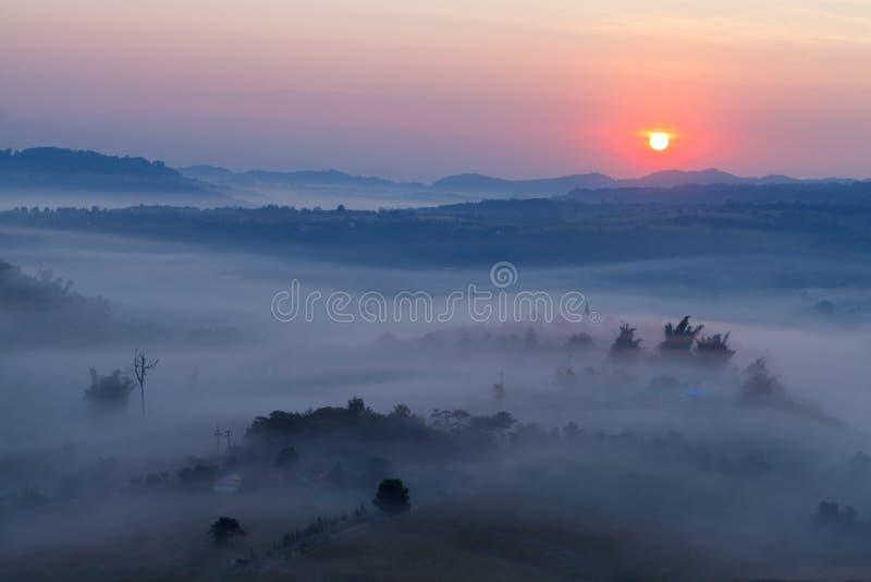 Nebeln Sie im Morgensonnenaufgang und -straße bei Khao Takhian Ngo View Point a ein stockbilder