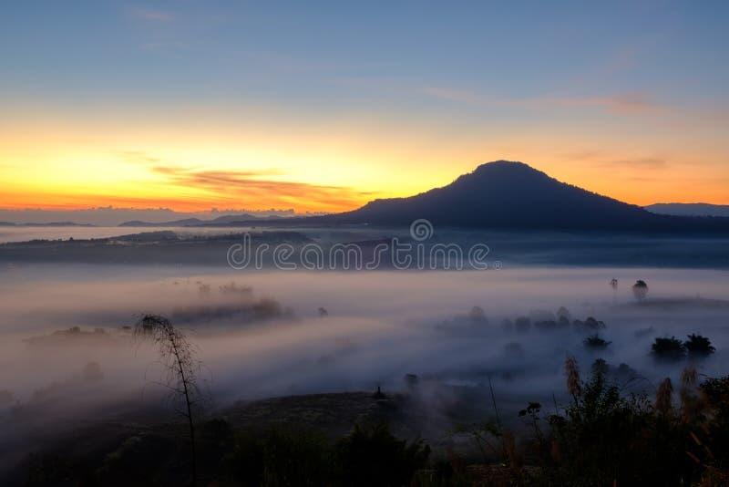 Nebeln Sie im Morgensonnenaufgang und -straße bei Khao Takhian Ngo View Point a ein stockfotografie