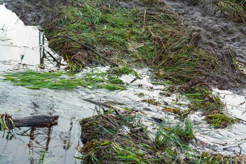 Nebenfluss auf einem Schotterweg in der schmutzigen Straße der Landschaft und in der Pfütze Extreme Weise des ländlichen Schlamme lizenzfreies stockbild