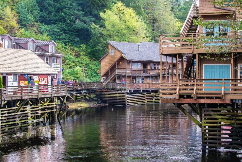 Nebenfluss-Straße mit Touristen in Ketchikan Alaska lizenzfreies stockbild