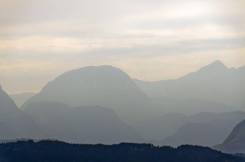 Neblina entre las montañas imágenes de archivo libres de regalías
