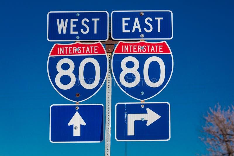NEBRASKA - 80 de um estado a outro do leste e o sinal ocidental apontam à entrada a de um estado a outro na rampa fotografia de stock royalty free