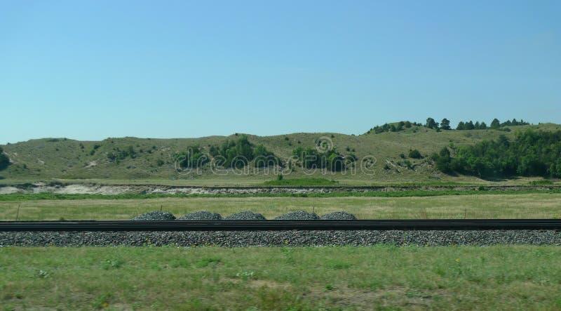 Nebraska Sandhills em Nebraska central rural, com trilhas de estrada de ferro fotos de stock royalty free