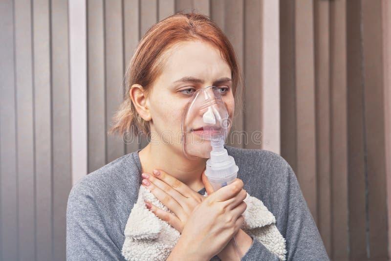 Nebulizer maski pomoce z astma atakiem obrazy royalty free