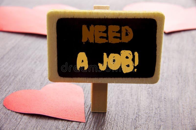 Necesidad de la demostración del texto de la escritura un trabajo Búsqueda desempleada de exhibición del trabajador del desempleo foto de archivo libre de regalías