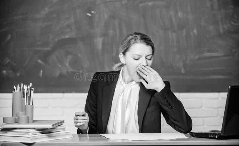Necesidad del sue?o Cansancio de alto nivel El trabajo de agotamiento en escuela causa cansancio La cara so?olienta de la mujer d foto de archivo libre de regalías