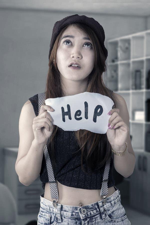 Necesidad desesperada de la muchacha una ayuda imagenes de archivo