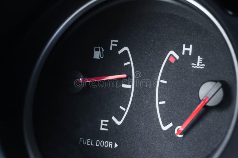Necesidad fría del motor de calentar Coche del tanque aprovisionado de combustible por más que mitad imagen de archivo