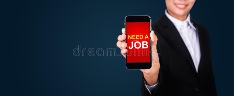 Necesite un trabajo en la pantalla del smartphone en mano de la empresaria Necesite un jo fotos de archivo