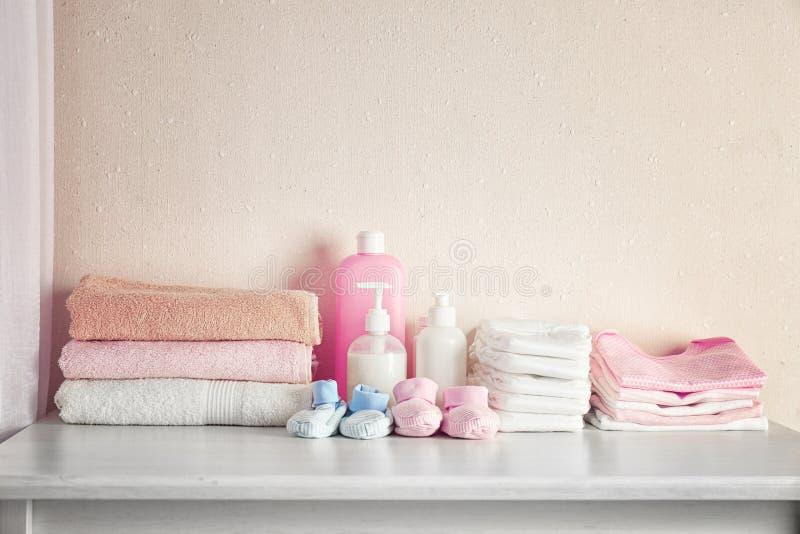 Necessidades do bebê na caixa branca fotografia de stock