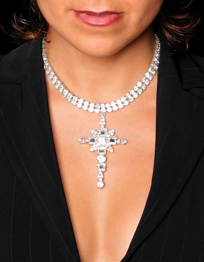 Neckline e cassa bra-less di giovane ragazza attraente con la collana di diamante sopra. immagine stock libera da diritti