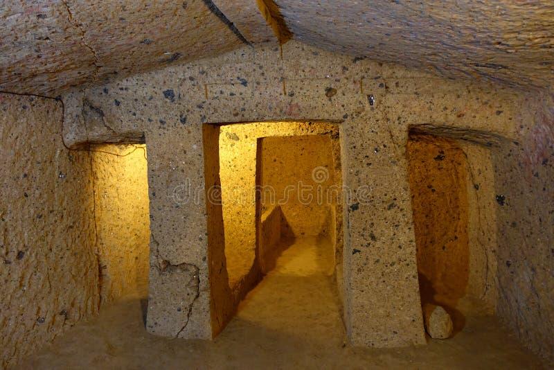 A necrópolis de Cerveteri, interior de Etruscan do túmulo foto de stock