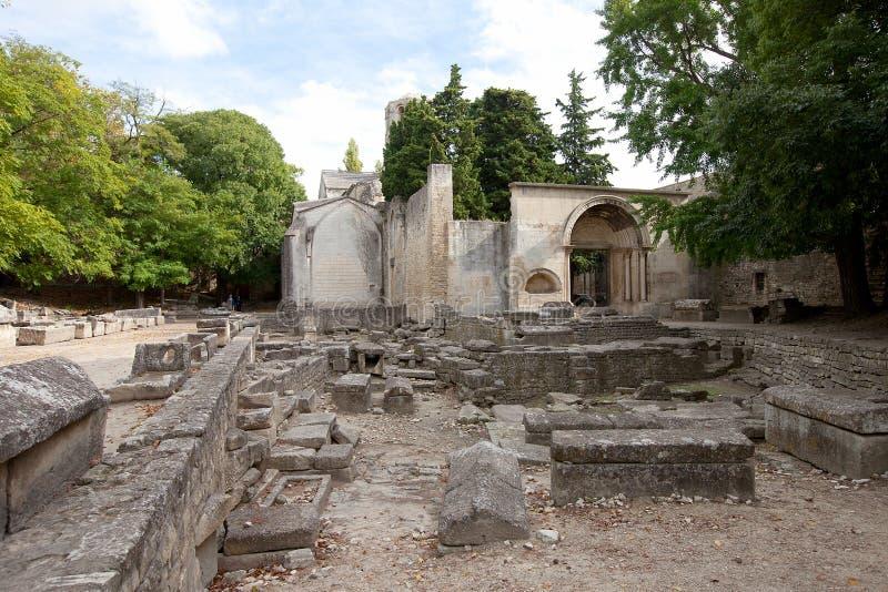 Necrópolis romana (Alyscamps) em Arles, França fotografia de stock
