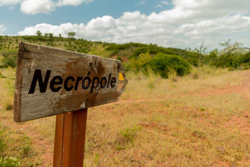 Necropole路标在阿尔加威,葡萄牙的Silves地区 库存照片