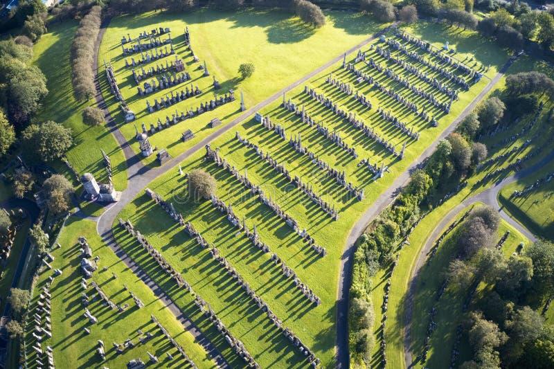 necropoli di Graveyard con molte lapidi vista aerea lunghe ombre dalle tombe di Glasgow Regno Unito immagine stock
