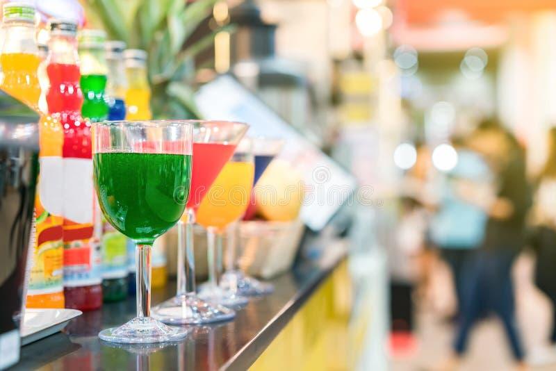 Nectar coloré et beaucoup dans de verre de cocktails sur la table avec l'espace de copie image stock