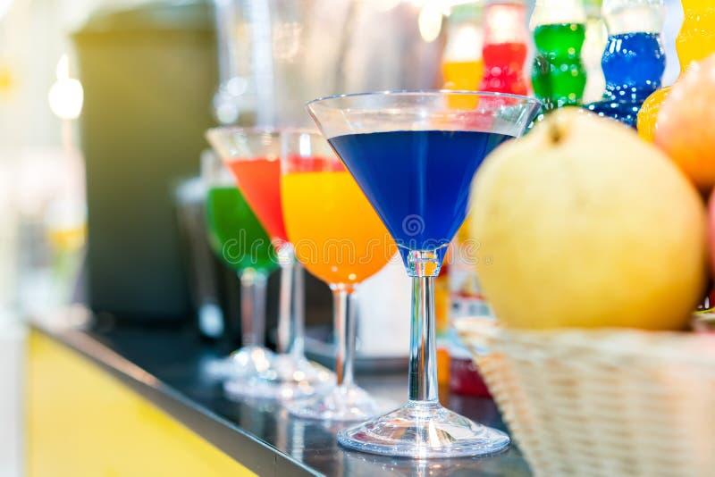 Nectar coloré et beaucoup dans de verre de cocktails sur la table image libre de droits