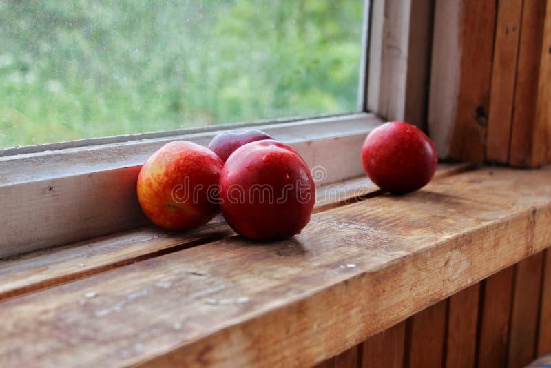 Nectarina em um fundo de madeira foto de stock royalty free