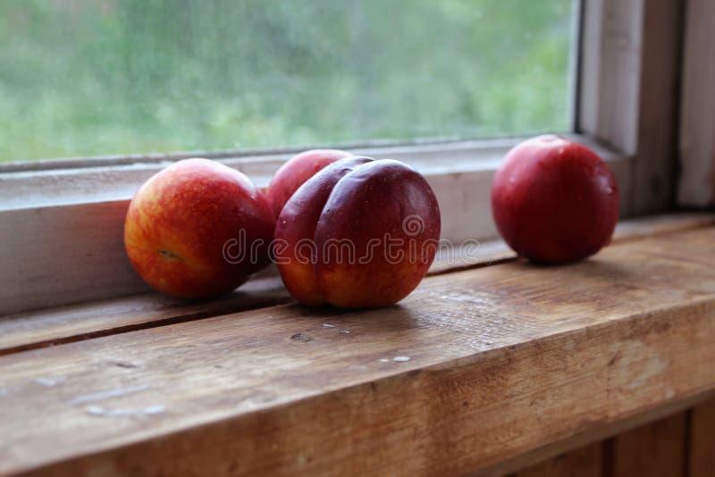 Nectarina em um fundo de madeira fotos de stock royalty free