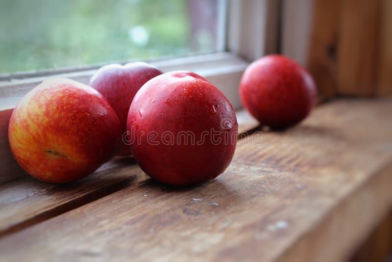 Nectarina em um fundo de madeira foto de stock
