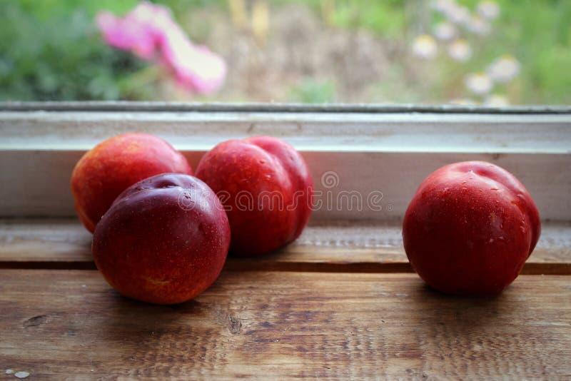 Nectarina em um fundo de madeira imagem de stock