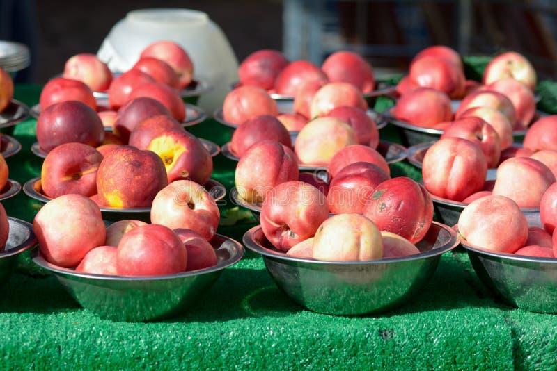 Nectarina em umas bacias no mercado de frutas e legumes quinzenal imagem de stock royalty free