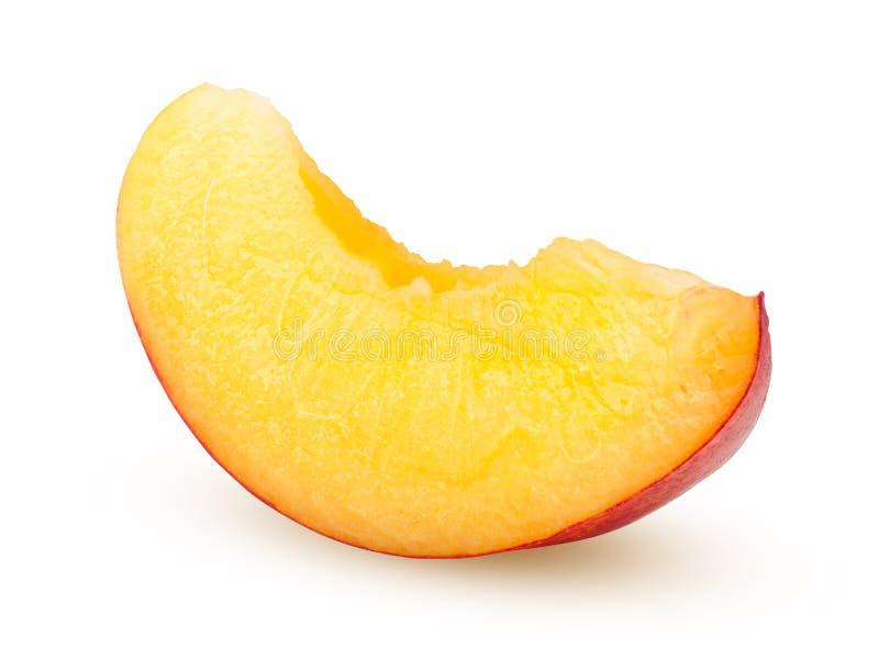 Nectarina ou pêssego, fatia, isolada no fundo branco, trajeto de grampeamento, profundidade de campo completa imagem de stock royalty free