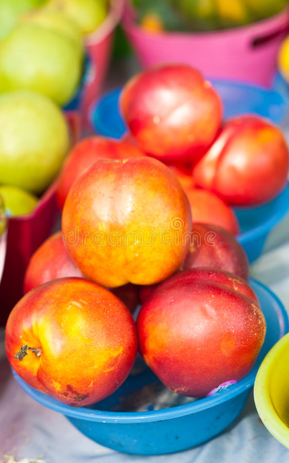 Nectarinas orgánicas en el mercado de los granjeros fotografía de archivo