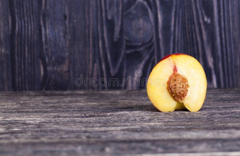 nectarine, besnoeiing in de helft royalty-vrije stock afbeelding