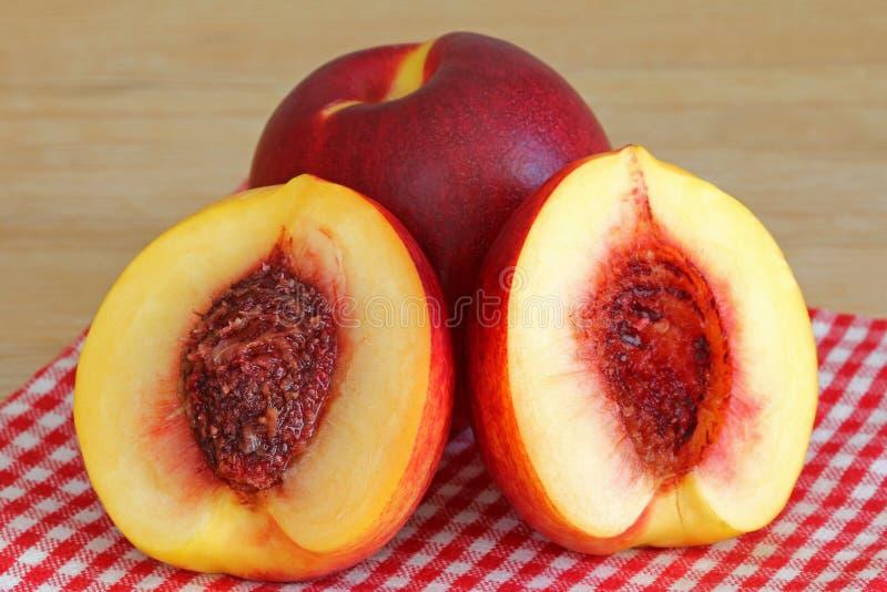 Nectarine fraîche coupée dans la moitié photo libre de droits