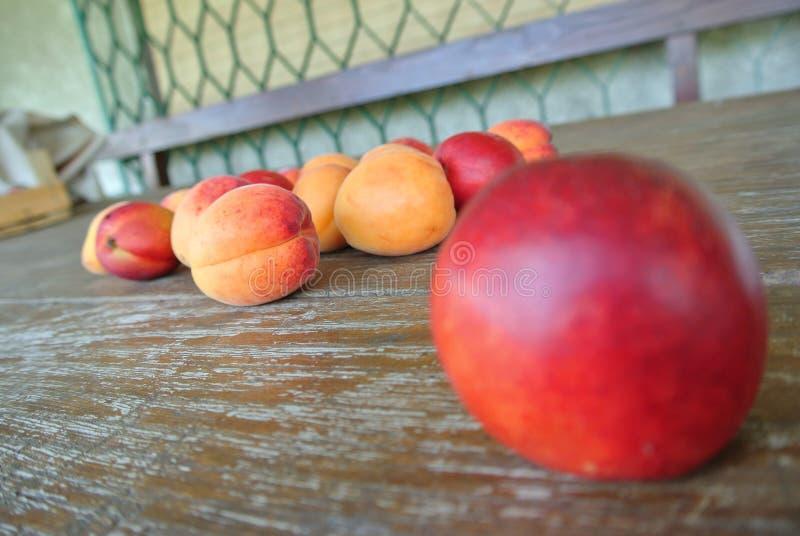 Download Nectarine Rouge Mûre Et Abricots Oranges Sur La Table En Bois Rustique Photo stock - Image du concept, rustique: 56485718