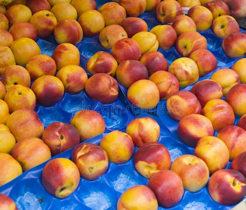 Nectarines bij markt royalty-vrije stock afbeelding