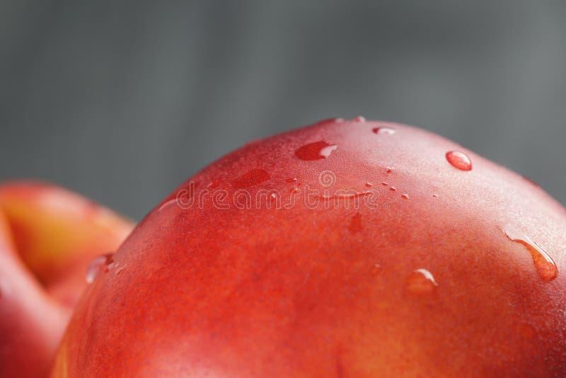 Nectarines in olijf houten kom op eiken lijst royalty-vrije stock afbeeldingen