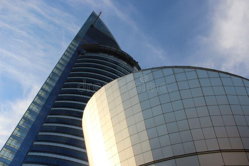 Nedåtgående sikt av corporative byggnad royaltyfri bild