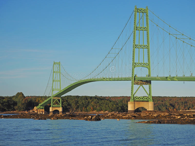 nedanför fartyg bridge för den september för dagen trevligt vatten inställningen arkivfoto