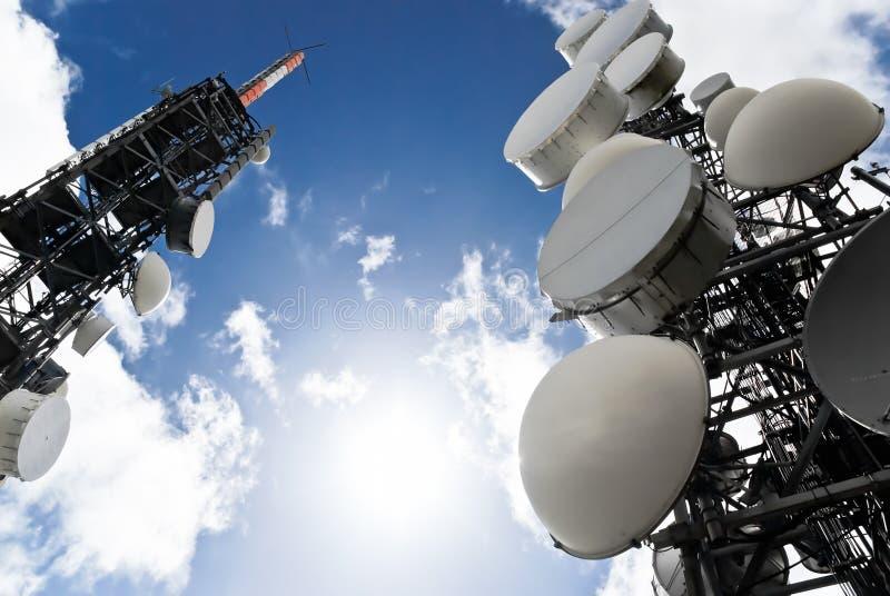 nedanför telekommunikationen towers sikten arkivbild