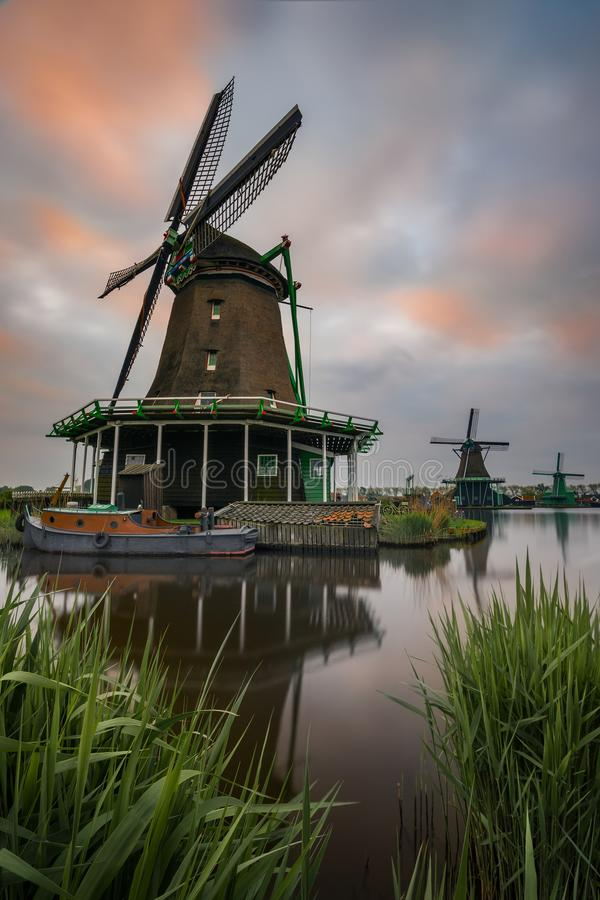 Nederländerna Holland Windmill Landscape på soluppgång arkivbild