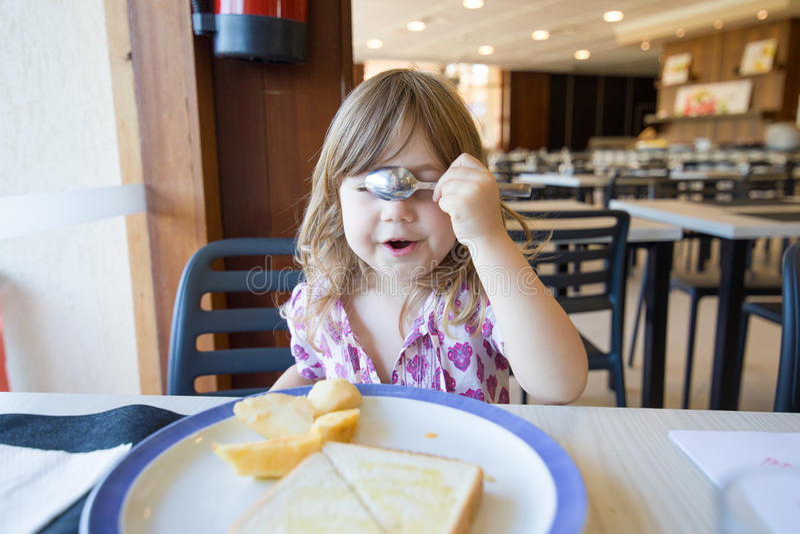Nederlagframsida för litet barn med skeden royaltyfria foton